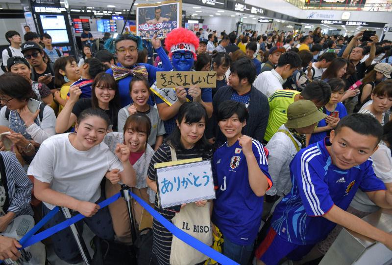 【生卵の洗礼はナシ】サッカー日本代表帰国に800人出迎え 「ありがとう」