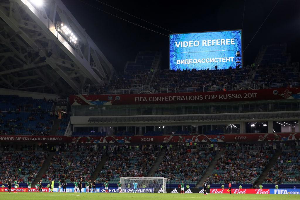 <コンフェデ杯で混乱を招いたVAR>運用法に元選手が疑問「フラフラしている」プレーが止まりづらいサッカーに定着するか?