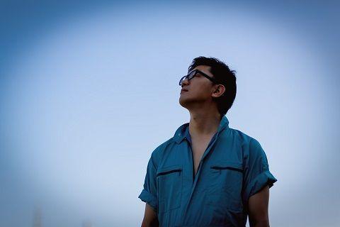 空を眺める人_001