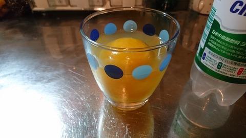 グラスに三ツ矢サイダーが注がれる