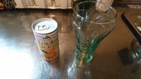 みかんジュースとグラス