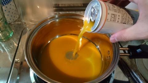 みかんジュースを鍋に入れる