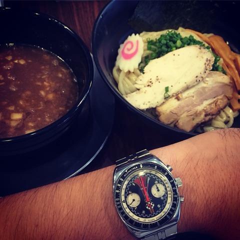 イェマの時計をつけ、つけ麺などを食す