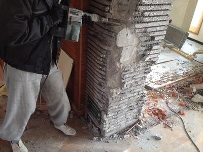 石造りの壁を壊します。重労働ですね