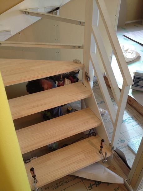 つるつるになった天板を階段にとりつけます