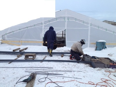 冬はテントの中で基礎工事をするから雨にあたらない