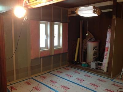 和室の大壁を埋めて平らなかべに仕上げます。窓縮小