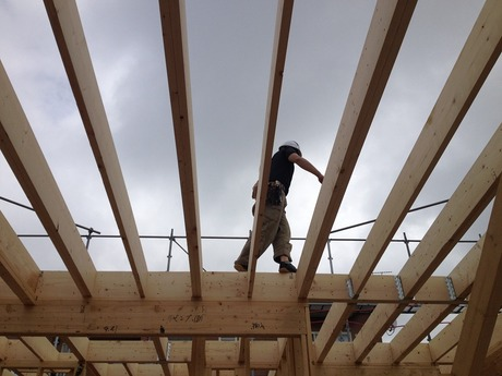 ここが二階の床を支える柱になるんですね。大工さんいつもありがとう