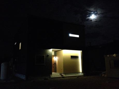 光るポーチの二世帯住宅