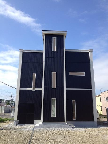 ブラックガルバにホワイトラインの教会風デザイン住宅滝川市竹中組