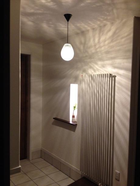 光るニッチのある玄関ホール