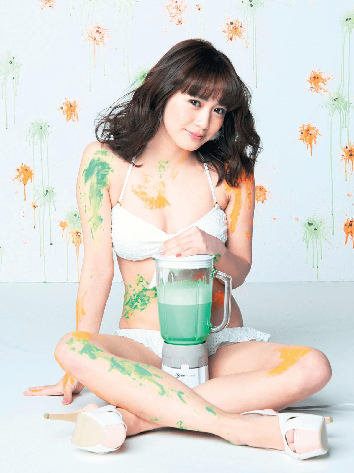 笑顔でミキサーを持っている奥仲麻琴の水着画像