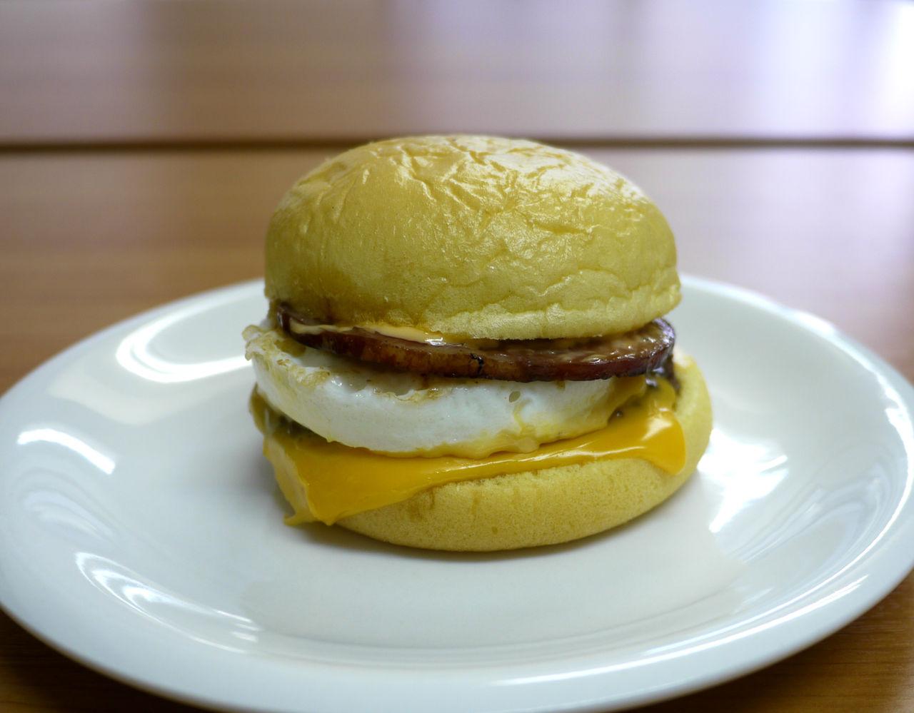 【正直レビュー】新登場したマクドナルドの「満月チーズ月見バーガー」はとにかくハムがウマい