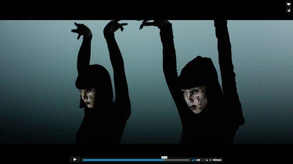 【全画面推奨】顔面プロジェクションマッピングと超人気ダンスユニット「AyaBambi」のコラボ動画がメッチャ斬新!