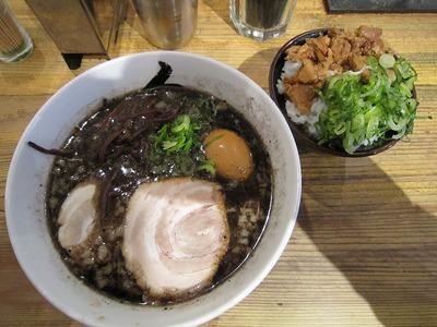 秀 バリ黒ラーメン・味玉子・ねぎ豚丼