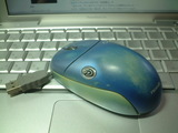 今は使われてない使い込まれたマウス(左側)