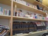 棚には本がたくさん並んでいる