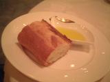 おかわり自由のフランスパン(オリーブオイル添え)