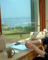 初夏の越前海岸がみえる喫茶店で