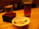 2,冷や酒とウーロン茶で乾杯(付きだしはカレイの塩茹で)