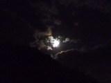 雲照らす月