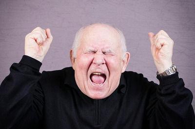 【悲報】電車内のジジイ「うるせえんだよ!」6歳の子供の顔面をグーで殴る・・・