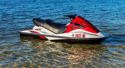 【ファッ?】水上バイク衝突、海水浴客けが。バイクは立ち去る