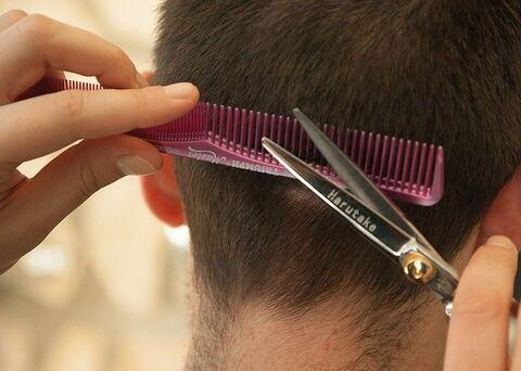 【悲報】ベトナム人の髪を切ってあげていたベトナム人、逮捕…