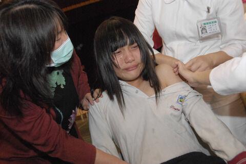【激画像】女子高生さん、服を脱がされ無理矢理されて号泣してしまうwwwwwwww