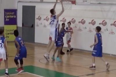 【悲報】バスケ(笑)やはり欠陥スポーツだった 小学生大会で2m13cmの少年が現る(動画あり)
