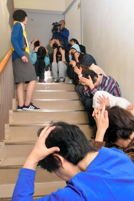 【画像】 ミサイルから身を守る日本人・・・・世界で話題!!流石、崇高な日本人民!!!!!!