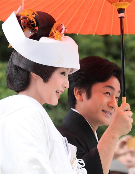 京都の上賀茂神社で挙式を挙げた片岡愛之助と藤原紀香の画像がヤバい・・・「紀香が巨大すぎて愛之助よりはるかに大きく見える」「頭の上のフルーツ盛りww」