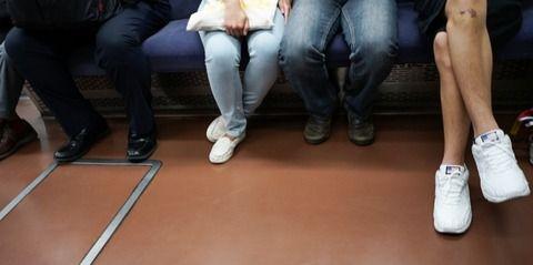 【朗報】ワイリーマン、目の前の立ってたおばあちゃんに席を譲った結果wwwww