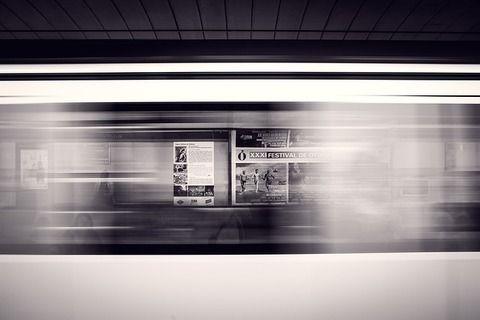 【狂気】神戸市「自弑者減らす広告作ったで! さっそく駅に貼るで!」→ (画像あり)