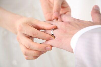結婚したらしっかり会社にも結婚指輪つけてくる男wwwww