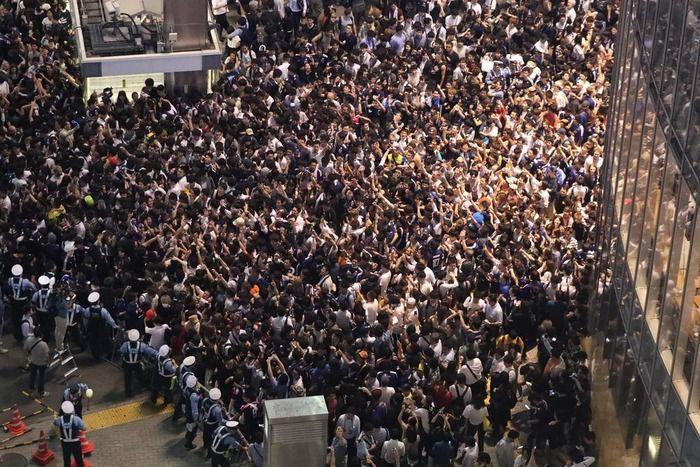 【サッカーW杯】恒例の痴漢パーティーが渋谷のスクランブル交差点で行われる…女性に群がるゾンビ達が湧く