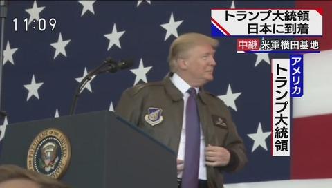 軍服ジャケットを着るトランプ