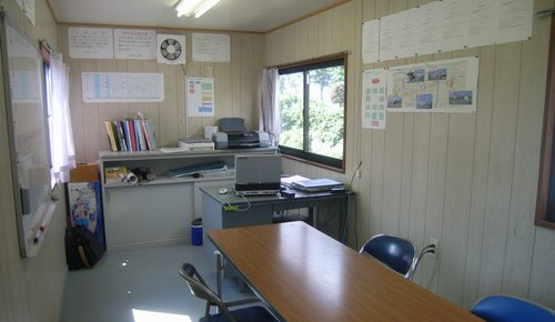 事務所内 現場事務所内です。 ここで、 打ち合わせや事務的仕事をします。 もちろ...  liv