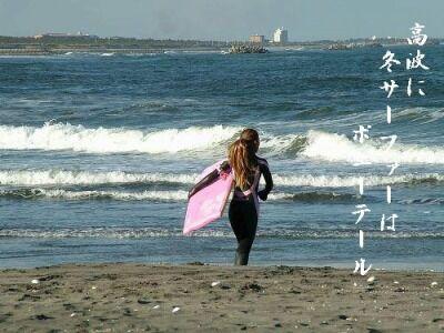 高波に冬サーファーはポニーテール