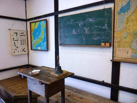 教壇に置かれた鐘を鳴らすと、授業が始まりそうな教室