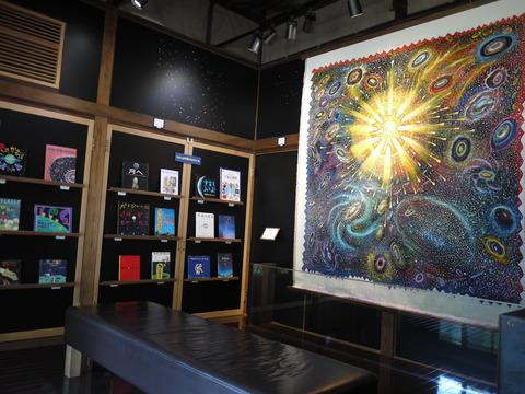 月・太陽・宇宙などテーマに合わせて本や展示が変わる