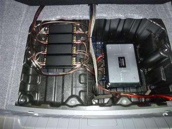 E90 トランクアンプ1