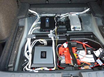 BMW X1 トランクアンプ