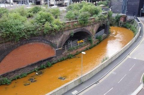 【画像】 イギリス、マンチェスターで川の水が突然オレンジ色に変わる怪現象…原因不明