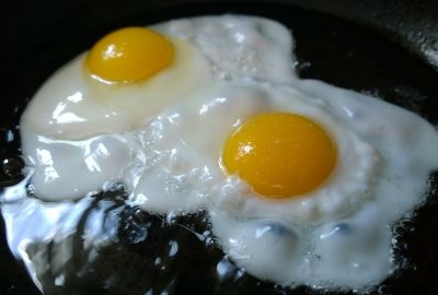 fried-eggs-749393_1920-400x270-MM-100