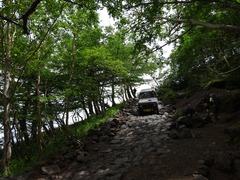 山道を下るジムニー