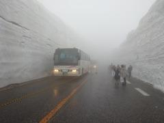 ガスの中、雪の大谷