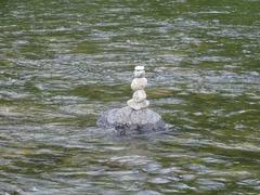 川のなかで石積みアート