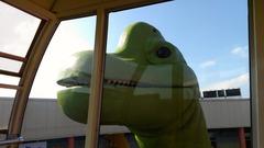 観覧車をのぞく恐竜