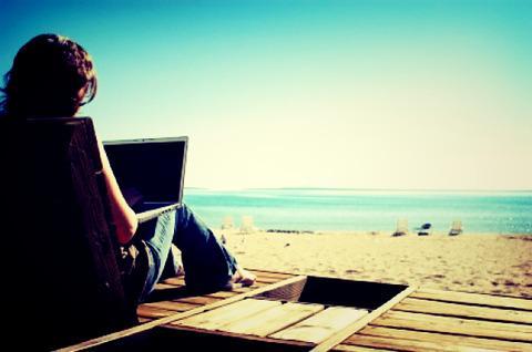 laptop-beach-e1276165762964_Fotor